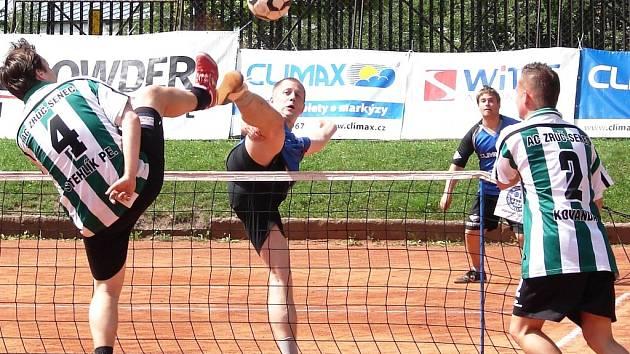 Nohejbalisté Vsetína (na snímku dál od sítě blokuje Aleš Zbrožek, v pozadí Petr Gargulák) v tomto utkání doma porazili Zruč 6:4 a udrželi tak páté místo po základní části.