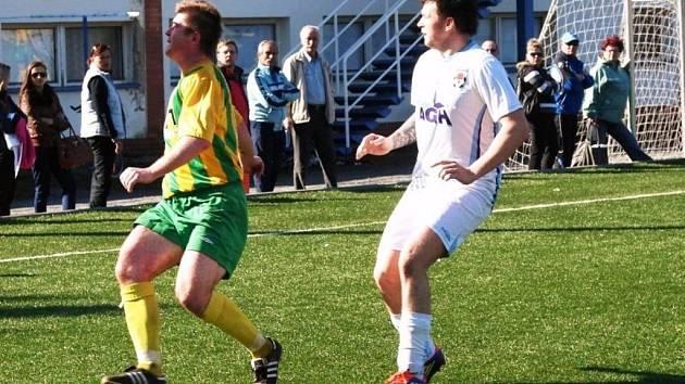 Fotbalisté 1. Valašský FC (bílé dresy) doma podlehli Boršicím 1:2.