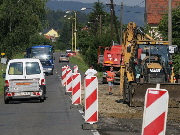 Oprava silnice na hlavním tahu do Vsetína komplikuje jízdu řidičům v Hovězí. Dopravu v nepřehledném úseku řídí senafory.