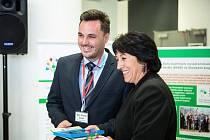Ředitel Základní školy Sychrov Vsetín přebírá ocenění Objev roku za podporu environmentálního vzdělávání, výchovy a osvěty (EVVO) na 15. výroční Krajské konferenci o EVVO v Baťově institutu ve Zlíně.