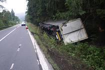 Kamion plný fotoaparátů a další elektroniky havaroval v pondělí dopoledne u obce Lidečka na Vsetínsku.