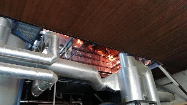 Požár budovy v areálu dřevovýroby ve Valašské Bystřici likvidovalo v pondělí 22. října 2018 šest jednotek hasičů.