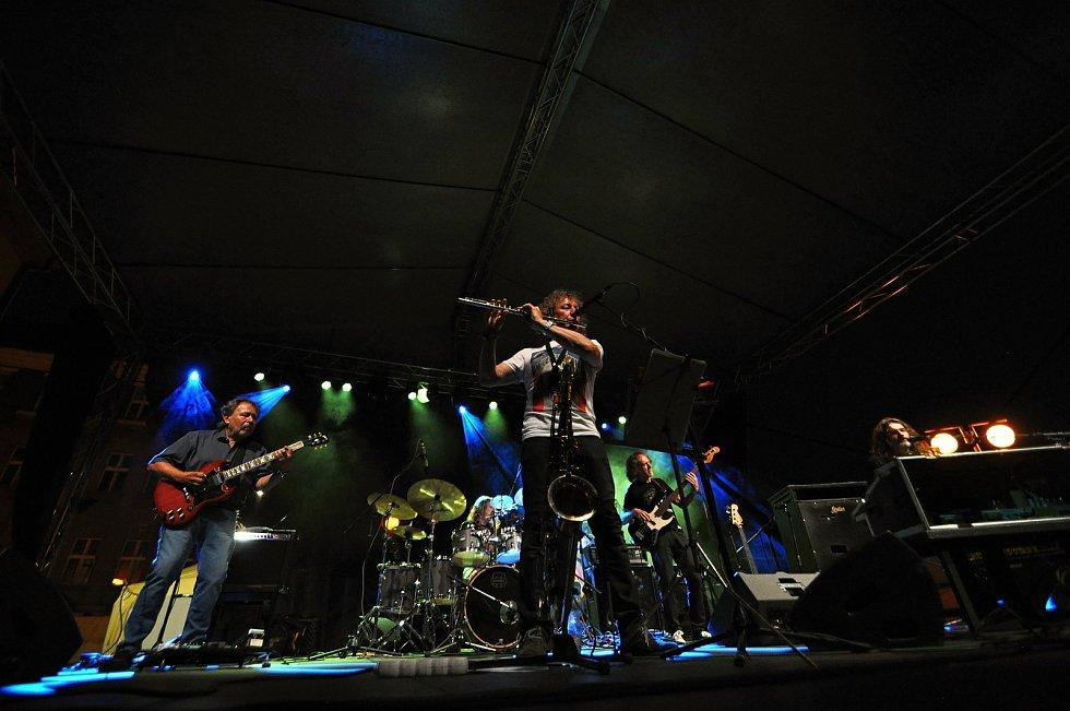 Kapela Flamengo Reunion Session koncertuje na II. nádvoří zámku Žerotínů ve Valašském Meziříčí na 39. ročníku folk-blues-beat festivalu Valašský špalíček; sobota 26. června 2021