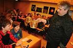 Odborný pracovník valašskomeziříčské hvězdárny Radek Kraus připravil na sobotu 19. června 2020 program pro rodiny s dětmi zaměřený na zábavné fyzikální pokusy.