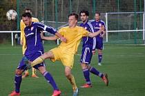 Fotbalisté Velkých Karlovic+Karolinky (žluté dresy) doma prohráli s Mohelnicí 0:2.