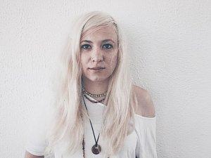 Polsko-česká zpěvačka AGU.