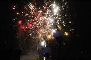 Silvestrovský ohňostroj u Domu kultury ve Vsetíně