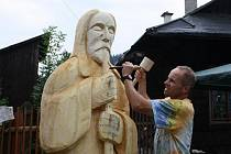 Na Setkání řezbářů u Karlovského muzea se Ivan Šmíd pustil do tvoření dvoumetrové dřevěné sochy.