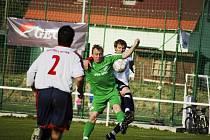 Fotbalisté VKK (v zeleném útočník František Plánka) v tomto utkání podlehli v Kravařích.