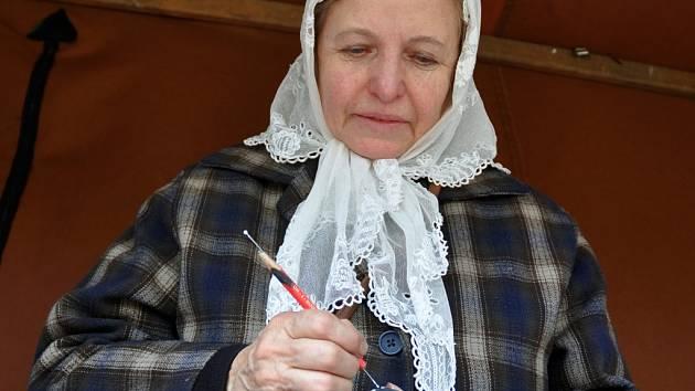 Božena Pařenicová z Dolní Bečvy zdobí kraslice pomocí vosku nebo vyškrabováním.