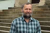 Pavel Čmelík oslovuje také mladou generaci. Mladí lidé se ve sborovém domě zabývají například hudbou.