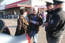 Policisté a strážníci ve Valašském Meziříčí upozorňovali veřejnost na nebezpečí vloupání do vozů.