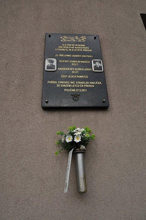 Poličná - pamětní deska na budově obecního úřadu připomínající letecké neštěstí z roku 1958.