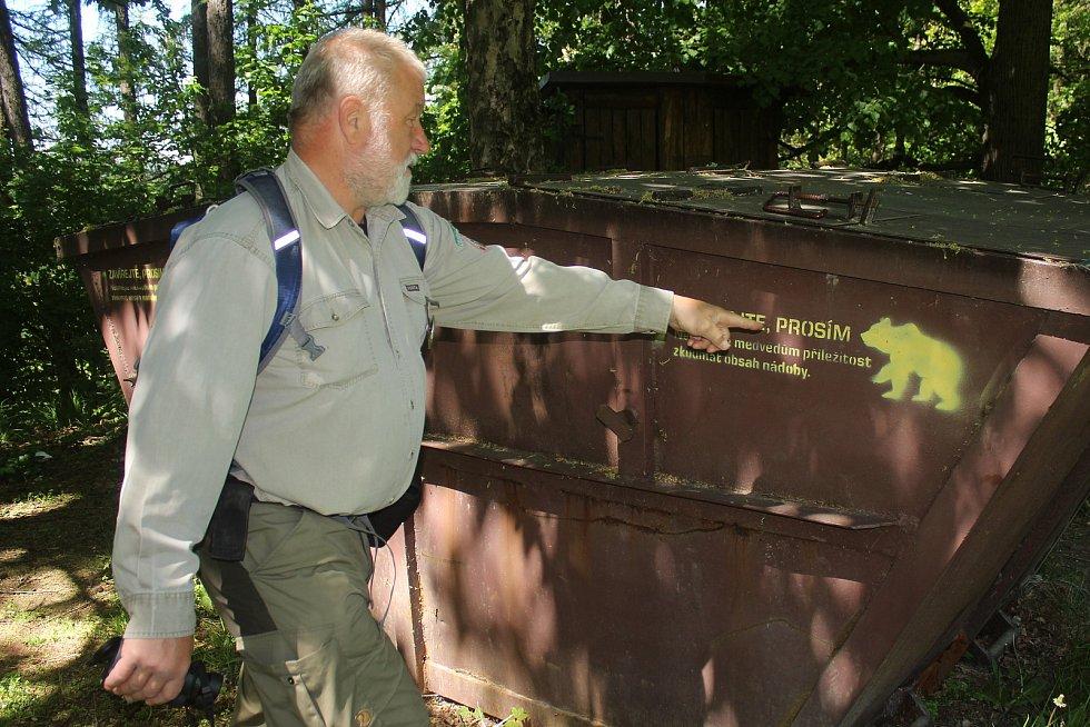 Jaromír Navrátil je dobrovolným strážcem CHKO Beskydy. Pulčínské skály mu učarovaly už v dětství. Je i okolí chrání už přes čtyřicet let. Dohlíží i nad dodržováním pravidel ve zdejším veřejném tábořišti.