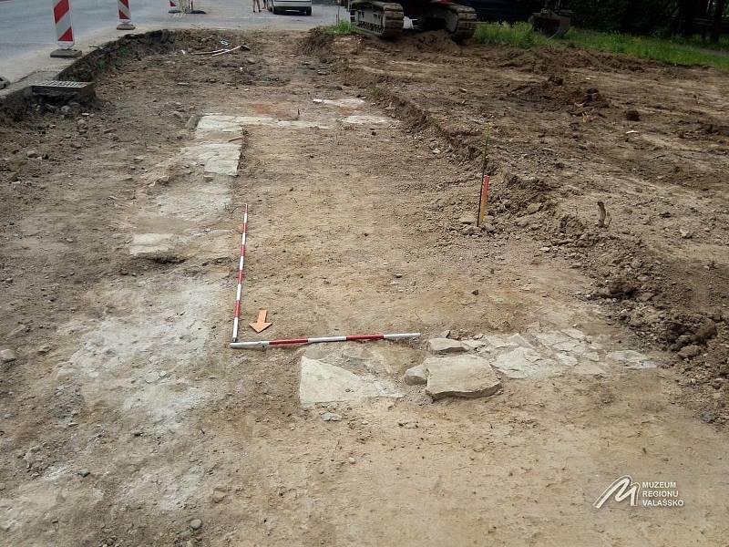 Základ domu, který objevili dělníci při stavbě chodníku v ulici Žerotínova ve Valašském Meziříčí.