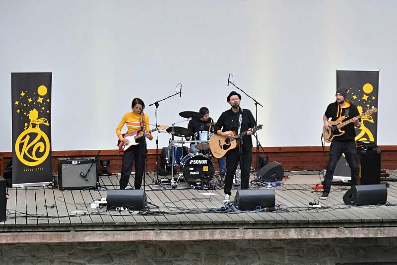 Kapela Kowall Company vystupuje v amfiteátru v parku ve Valašském Meziříčí na první ročníku Envirofestu Bečva; neděle 19. září 2021