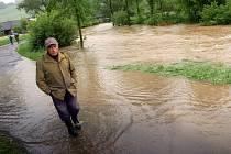 Voda z rozvodněných řek a potoků znovu trápí Valašsko. Lidé v řadě obcí čerpají vodu ze zatopených sklepů. Na snímku dům v Ústí u Vsetína