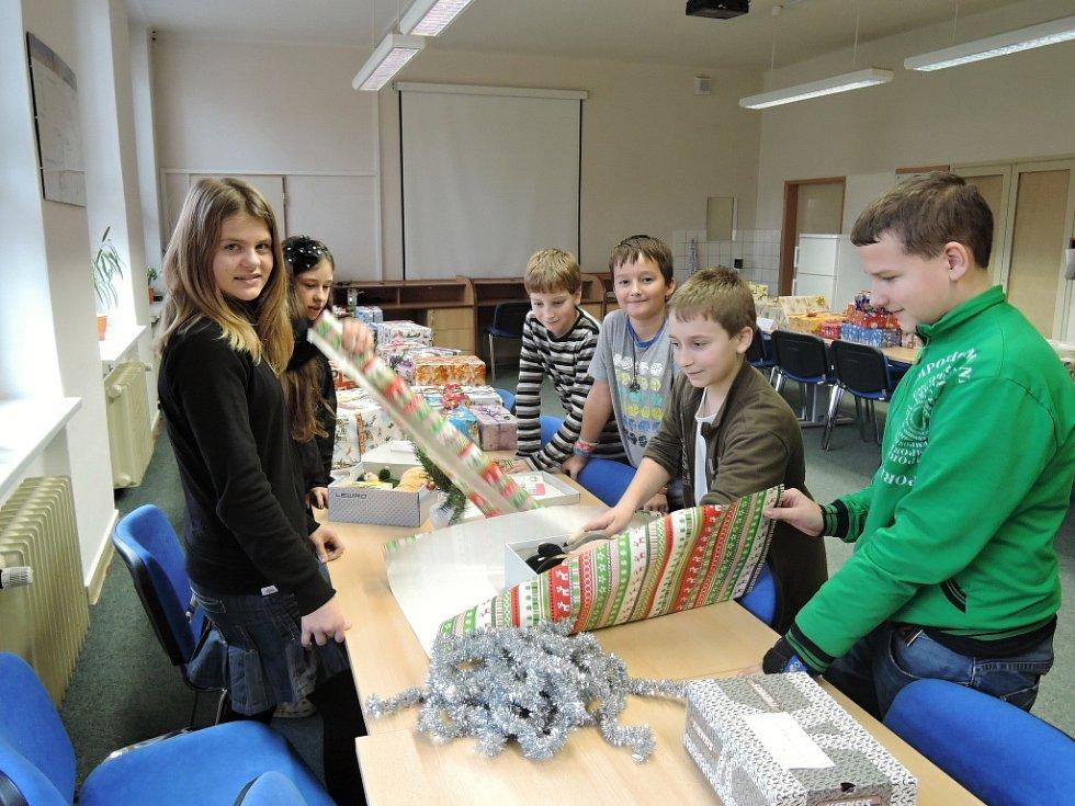 Děti z některých vsetínských základních škol se zpojily do celorpublikové akce Vánoční krabice od bot; prosinec 2014.