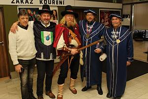 Ve vsetínském kině Vatra se v pátek 22. února uskutečnilo setkání studentů Masarykova gymnázia s jeho absolventem a synem významného podnikatele a vynálezce Josefa Sousedíka Tomášem.