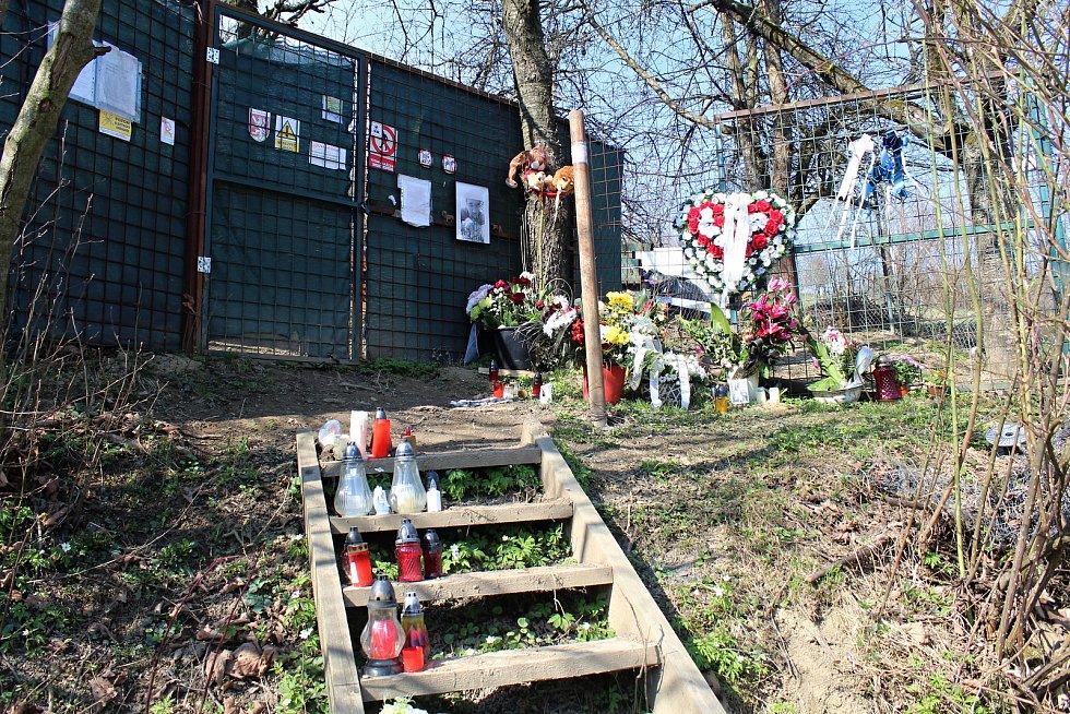 Takto vypadá místo ve Zděchově, kde 4. března 2019 zabil lev svého chovatele, měsíc a čtyři dny po tragédii.
