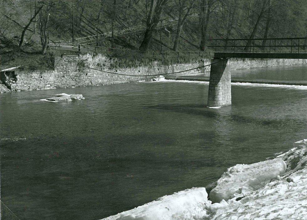 Zbylá část lávky přes Bečvu zbořená krami po zimě v roce 1963.