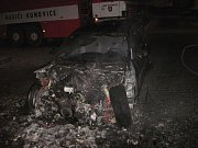 Dvě minuty po půl jedné v noci na středu se rozezněly sirény v Kelči na Vsetínsku. Na náměstí v centru městečka šlehaly plameny ze zaparkovaného BMW.