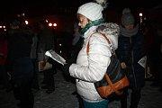 Ve Vsetíně se lidé ke zpívání koled tradičně scházejí na terase Domu kultury. Letos akci Česko zpívá koledy doprovodila kapela Dareband a Pěvecký sbor Sonet.