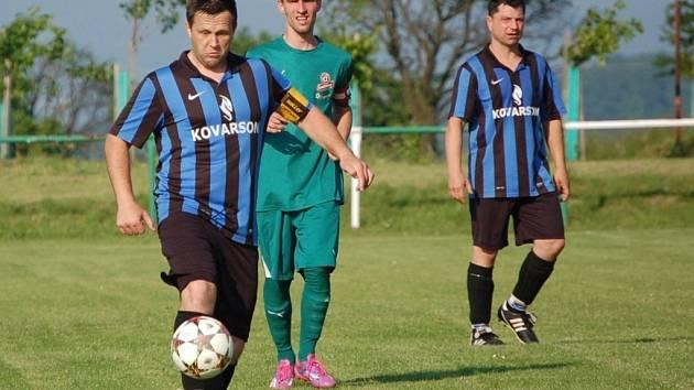 Fotbalisté Lužné (v modrém). Ilustrační foto.