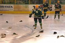 Zlínské hokejisty přivítala na Vsetíně záplava bot z hlediště