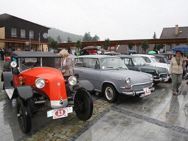 V karolince si v sobotu 30. července dali sraz majitelé automobilových veteránů.