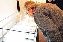 """Oldřich Paulus si se zaujetím prohlíží materiály, které vydaly staré schránky nalezené ve věži kostela. Poselství dalším generacím už je uschováno v """"jeho"""" schránkách."""