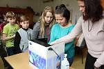 Žáci ZŠ Pozděchov si 2. května 2019 připomněli Světový den hygieny rukou. Pod dohledem epidemiologické sestry Ľubice Srbové (na snímku vpravo) nacvičovali správné mytí rukou.
