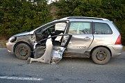 Osobní vůz Peugeot poničený při srážce s dodávkou stejné značky. Nehoda se stala ve čtvrtek 21. března 2019 u Rožnova pod Radhoštěm.