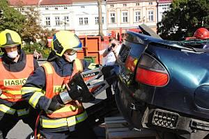 Profesionální hasiči soutěží ve čtvrtek 5. září 2019 na náměstí ve Valašském Meziříčí ve vyprošťování figurantů z havarovaných vozů.