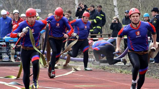 Na tartanovém hřišti ve vsetínských Jasenicích se v sobotu utkaly týmy dobrovolných hasičů z České a Slovenské republiky