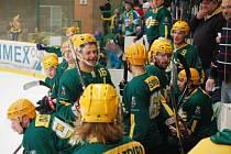 Hokejisté Vsetína (zelené dresy) ve třetím čtvrtfinále doma porazili Nový Jičín (6:4) a jsou v semifinále.