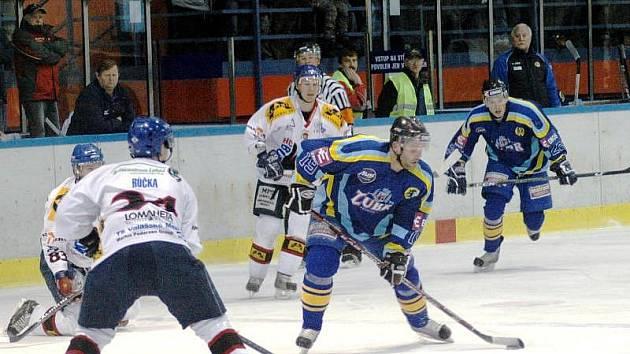 Hokejisté Valašského Meziříčí (v bílém) ve 41. kole druhé ligy na domácím ledě podlehli Přerovu 1:3.