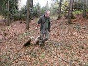 Tým expertů vytvářel od pondělí 5. listopadu 2018 pachové stopy na Karlovicku. Lákají medvěda ke kleci. Na snímku střelec Lukáš Pavlačík, který je pověřený uspáním šelmy.