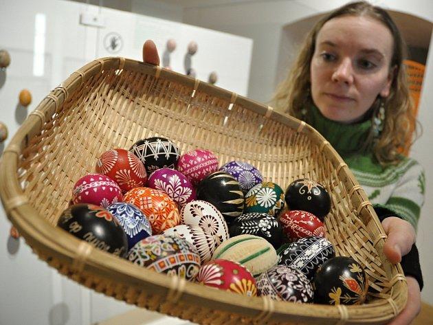 Velikonoční vajíčka z různých koutů ČR v celkovém počtu 257 kusů zdobené různými technikami jsou k vidění na zámmku ve Vsetíně na výstavě Krása kraslic od 1. 3. do 3. 4. 2016.