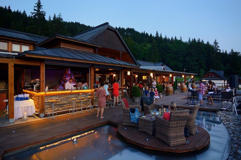 Letní tipy v Resortu Valachy. Večer na terase hotelu Horal.