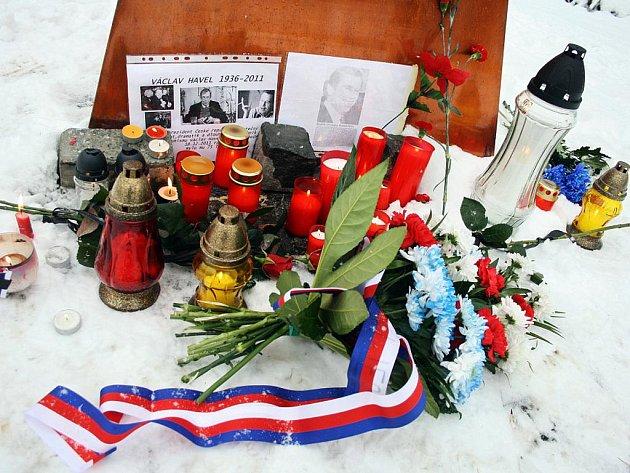 Obyvatelé Vsetína se v pátek 23. 12. 2011 v poledne sešli u památníku obětem totalitních režimů u parku Panská zahrada.