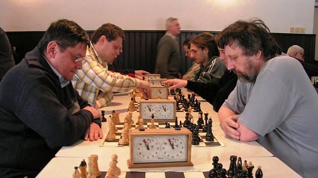 Bleskového turnaje v šachu se zúčastnilo dvacet hráčů.