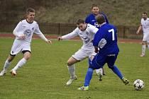 Fotbalisté Valašského Meziříčí B (modré dresy) remízovali s Valašskými Příkazy 2:2.
