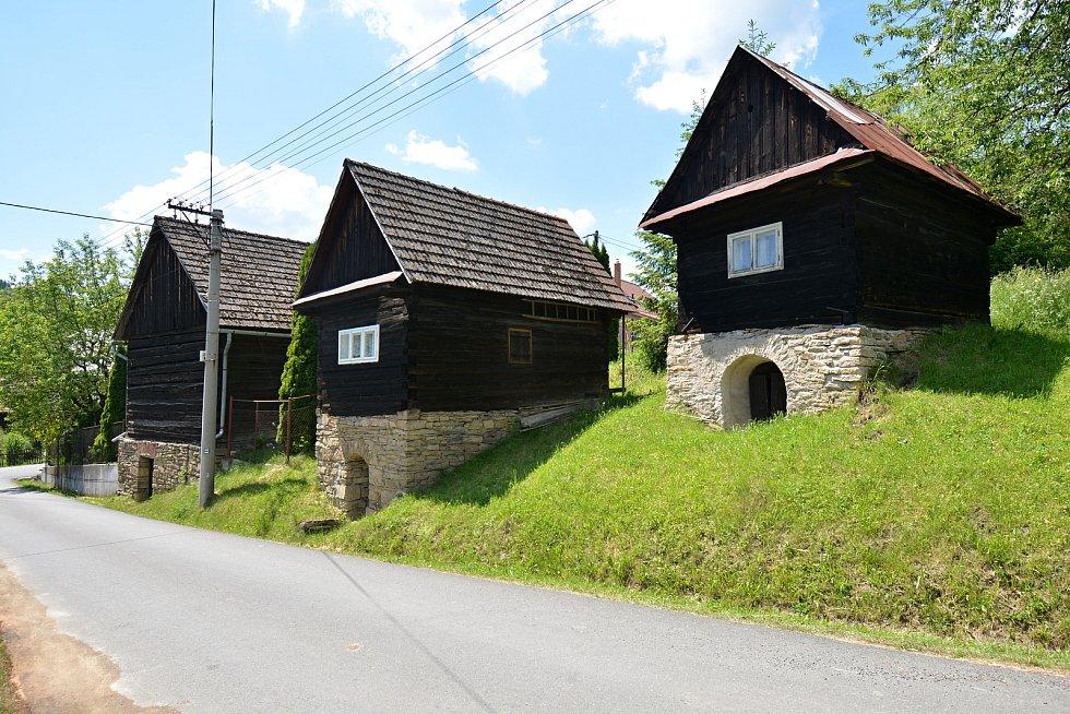 I. etapa cyklostezky Bevlava vede ze Vsetína přes Ústí, Leskovec, Valašskou Polanku do Lužné. Kulturní památka - sklepy v Lužné, 10.6.2021.