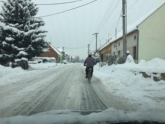 Iza nepříznivého počasí a špatného stavu komunikací se někteří nebojí vyrazit ven na svém kolem.FOTO: Archiv Městská policie UH