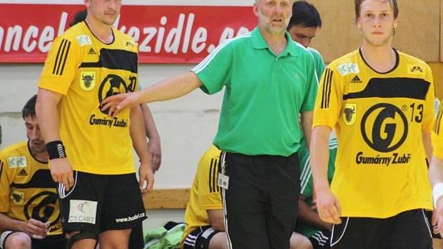 Extraligoví házenkáři Zubří, zleva Tomáš Bechný, trenér Jiří Mika, Matěj Šustáček.