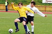Fotbalisté Valašského Meziříčí se představili v Mikulovicích a prohráli 2:3. První branku hostů vstřelil Marek Neuberger ( s míčem) a vyrovnával na 1:1.