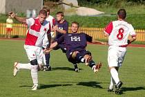 Fotbalisté Valašského Meziříčí (modré dresy) nedokázali vstřelit branku ani ve třetím podzimním zápase. Se Slavií Orlová remízovali na domácí půdě 0:0.