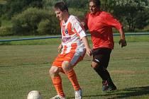 V úvodním kole vsetínské IV. třídy fotbalisté Polic (pruhované dresy) porazili v derby sousední Branky 2:1.