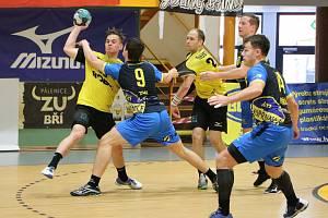 Extraligová házenkáři Zubří (ve žlutém) v sérii o 5. místo doma porazili Kopřivnici 31:26 a v odvetě vyhráli na půdě soupeře 33:31.